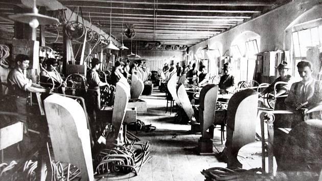 BROUŠENÍ. Tvrdou práci, tedy broušení ohýbaného nábytku, zastávali muži.