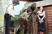 Morkovští ochotníci sehráli v sobotu 1. října 2011 v Kvasicích divadelní představení nazvané Prach a broky.