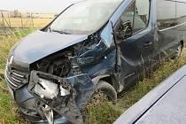 Řidič Renaultu Trafic pozdě zareagoval na před ním odbočující Nissan Double. Oba řidiči vyvázli bez zranění, ale škoda na autech se vyšplhala na čtyři sta tisíc.