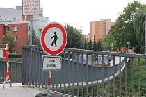 Kvůli zatěžkávacím zkouškám byla lávka pro pěší přes řeku Moravu uzavřena.