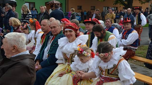 KROJE A FOLKÓR. Při oslavách samozřejmě nesměl chybět krojovaný průvod i folklorní vystoupení.