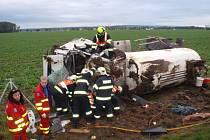 Na dálnici D1 nedaleko Kroměříže havarovala v úterý 23.9. brzy ráno menší cisterna s etanolem: vyprostit řidiče museli hasiči, s vozem pak přijely pomoci jeřáby.