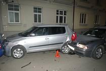 Kvůli nepozornosti při řízení naboural řidič octávie kromě svého auta i další čtyři.