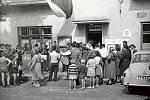 1960. Fotografie ze začátku šedesátých let byla pořízena v době konání voleb před budovou místního národního výboru, dnes obecního úřadu. Volební účast byla tehdy povinná, vysokých čísel však v Nové Dědině dosahují dodnes.