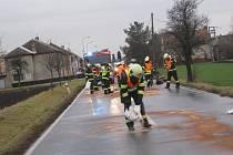 NAFOTVÁ SPOUŠŤ. Cesta byla znečištěná v celé své délce mezi oběma obcemi.
