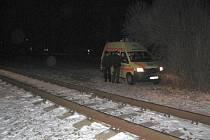 Starší muž přecházel koleje u holešovského parku v době, kdy místem projížděl vlak.