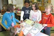 V uplynulé postní době mohli školáci z kroměřížské církevní základní školy nosit použité známky z dopisů či pohledů. Za deset známek dostali čtvereček, ten nalepili do papírového kastrolku.