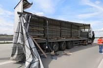 Dopravní nehodu dvou kamionů řešili v úterý před polednem policisté na dálnici D55 u Pravčic. Nikdo při ní nebyl zraněn, předběžná škoda činí tři sta padesát tisíc korun.