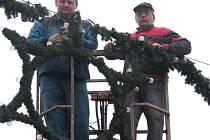 V ulicích Kroměříže už pracovníci Kroměřížských technických služeb instalují vánoční výzdobu.