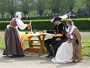 Cimbálovka, lidové a renesanční písně, historičtí šermíři, soutěže a spousta dalších atrakcí a zábavného programu čekaly návštěvníky prvního máje v zámecké zahradě v Holešově.
