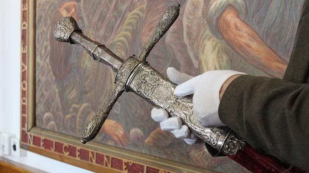 Meč, jehož hodnotu si v Holešově uvědomili až v loňském roce, je unikát evropského formátu. Velmi významná je však i rokoková monstrance, kterou stvořily stejné ruce, jako vzácné Zlaté slunce Moravy.