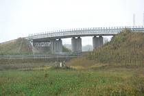 Kolem dálničního mostu v Pravčicích vzniká spousta tahanic. Obec totiž nechce stavbu převzít.