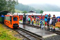 Nadšenci mohli o víkendu navštívit areál lesní železnice v Rajnochovicích. Zájemce svezl také vláček.