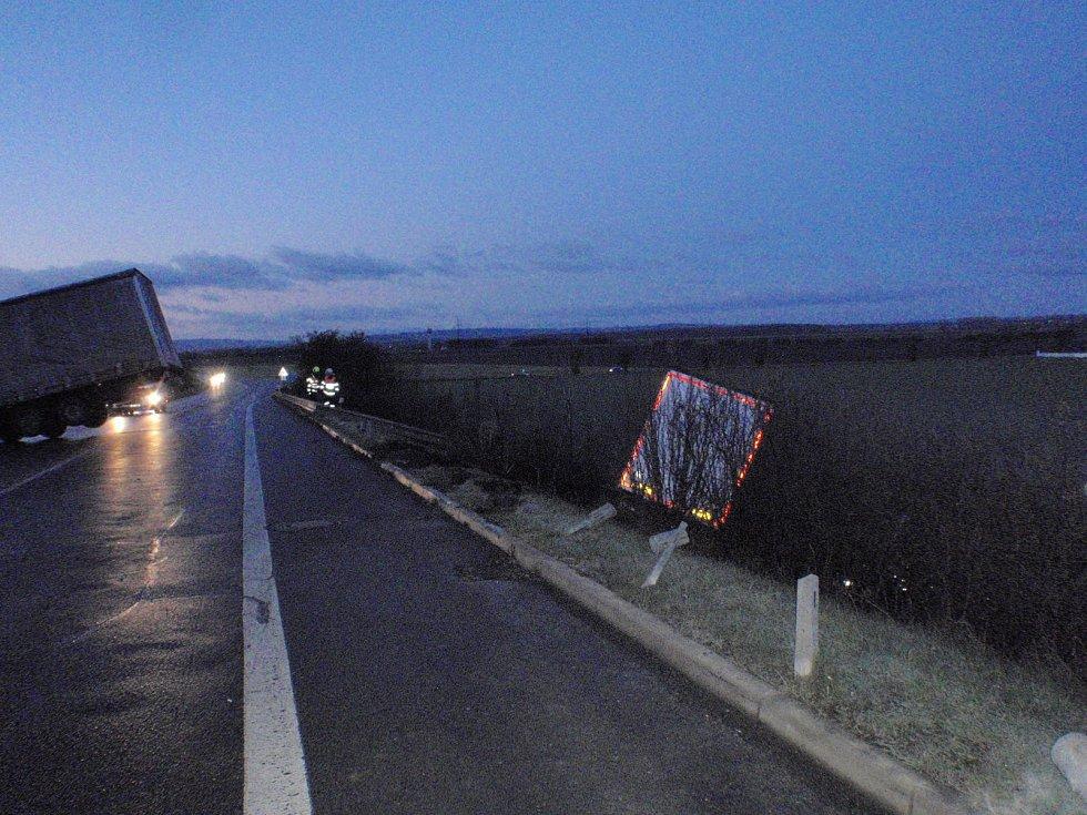 Na náledí, které v pondělí ráno pokrývalo také silnice na Kroměřížsku, havarovali u nadjezdu nedaleko Břestu dva kamiony. V době likvidačních prací pak na nadjezdu boural také řidič dodávky. Všechny nehody se však obešly bez zranění.