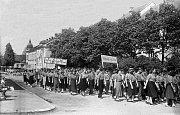 50. léta. Na snímku je zachycen průvod komunistického dorostu – Komsomol.