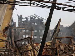Likvidace vyhořelé továrny v Chropyni v úterý 12. dubna.