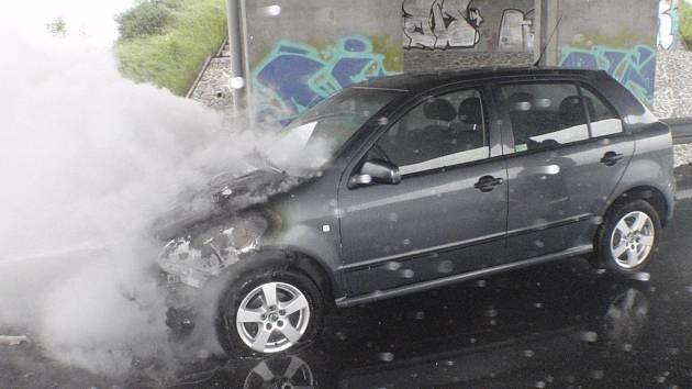 Provoz na dálnici omezil požár osobního vozidla.