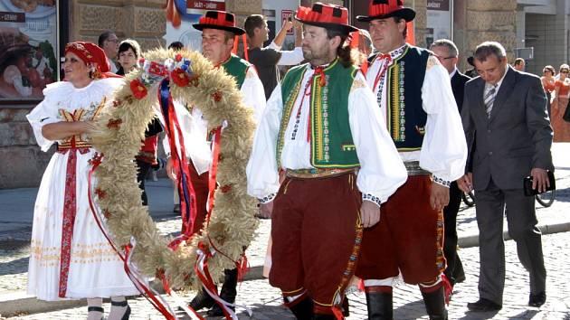 Nultý ročník slavnosti Dožínek se konal v neděli v Holešově. Program začal průvodem města, pokračoval mší svatou v chrámu Nanebevzetí Panny Marie. Odpoledne následoval kulturní program ve Smetanových sadech.
