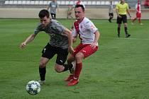 Fotbalisté Kroměříže (bíločervené dresy) porazili v pátečním přípravném zápase divizní Hodonín 1:0.