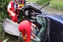 Auto přeletělo přes potok, řidiče museli vystříhat hasiči