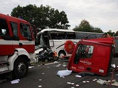 Dopravní nehoda autobusu, kamionu a auta v blízkosti křižovatky u Střílek, pondělí 15. srpna.