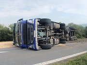 Nehodu kamionu s obilím musela ve čtvrtek 10. srpna odpoledne mezi Bystřicí pod Hostýnem a Loukovem řešit policie společně s hasiči.