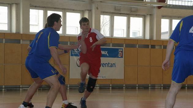 Holešov (v červeném) zvítězil v posledním zápase na půdě soupeře.