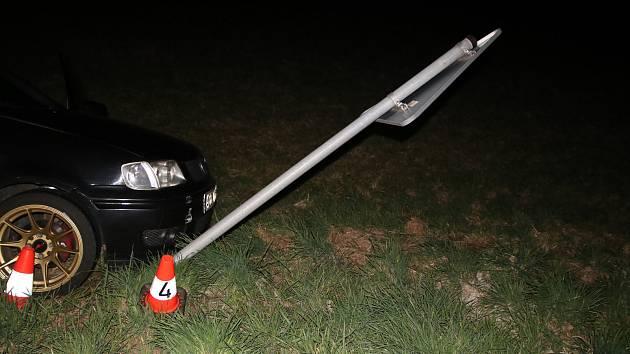 Dvacetiletý řidič automobilu značky Volkswagen nezvládl řízení v obci Uhřice.
