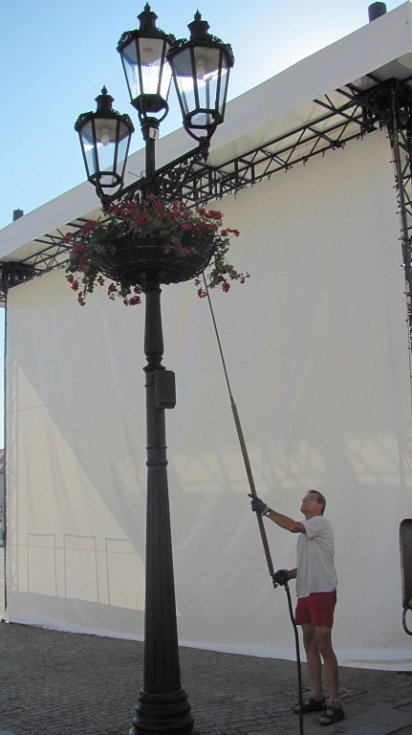 Snímky z kroměřížského Velkého náměstí, kde pracovník Biopasu zaléval květiny. Ilustrační foto.