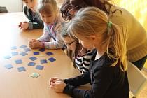 Příměstský tábor se tento týden koná v holešovském TyMy centru: má název Vědohraní, takže se na něm děti také něco naučí.