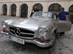 Instalace výstavy historických vozidel na nádvoří zámku v Holešově.