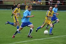 Fotbalisté Rajnochovic (v modrém)