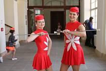 Mažoretky Eliška a Barbora spolu dělají duo pochody teprve rok a už sbírají úspěchy.