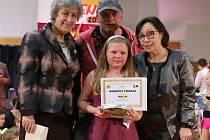 VÍTĚZKA A POROTCI. Svým zpěvem a hrou na klavír porotce uchvátila desetiletá Sabina Drábková.