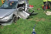Řidička Peugeotu zůstala po srážce zaklíněná v autě