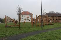 Dělníci vybudovali v Rymicích nové dětské hřiště.