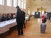 K volbám do volební místnosti v kroměřížské Psychiatrické léčebně v pátek přišlo necelých dvanáct procent voličů.