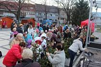 Lidé mohou ještě do 15. prosince hodnotit ozdobené vánoční stromečky, které jsou na tamním náměstí. Do zdobení se zapojili se například školy, ale také hasiči či zahrádkáři.