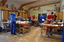 Na prvním a třetím místě se v  truhlářské soutěži umístili studenti pořádající SŠ nábytkářské a obchodní Bystřice pod Hostýnem Roman Vilášek a Dominik sokola.