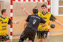 Ilustrační foto ze zápasu TJ Holešov - Krmelín. Bránící Eda Beneš (2) s Honzou Kozelským (14)