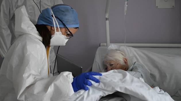 Covidové oddělení. Nápad vrchní sestry, jak lidem zprostředkovat spojení s domovem.