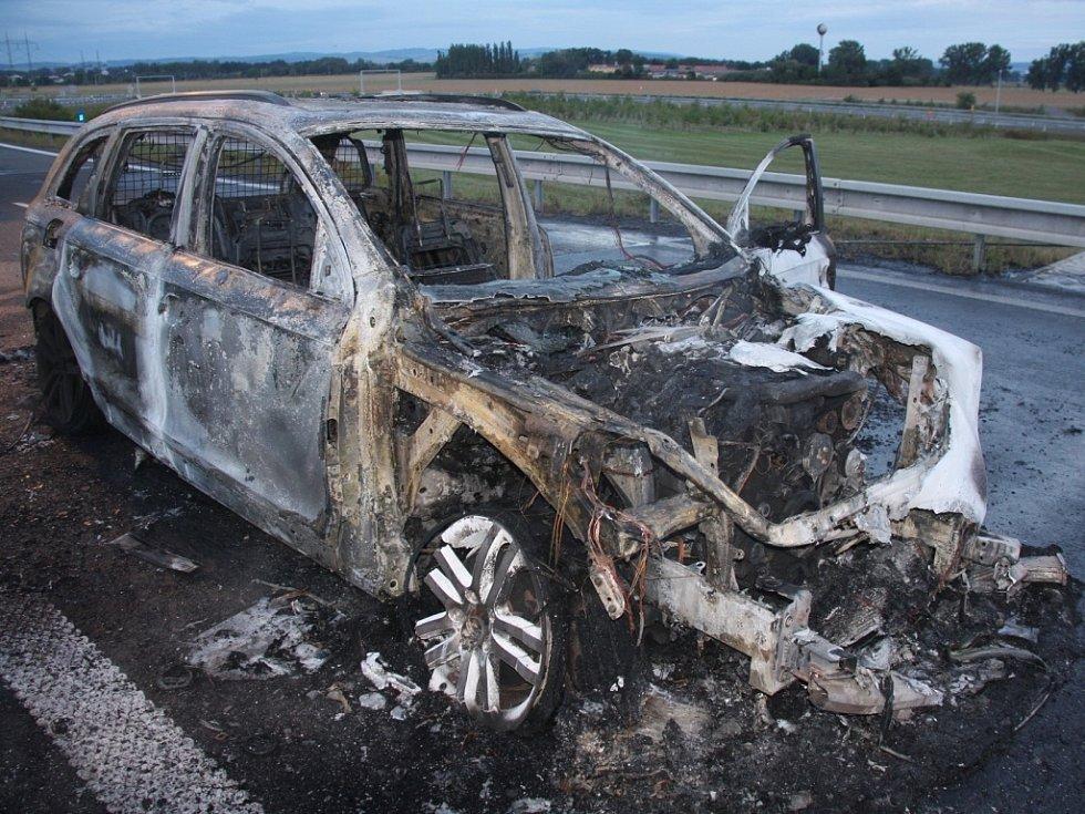 Řidička jela s prasklou pneumatikou na dálnici, auto začalo hořet