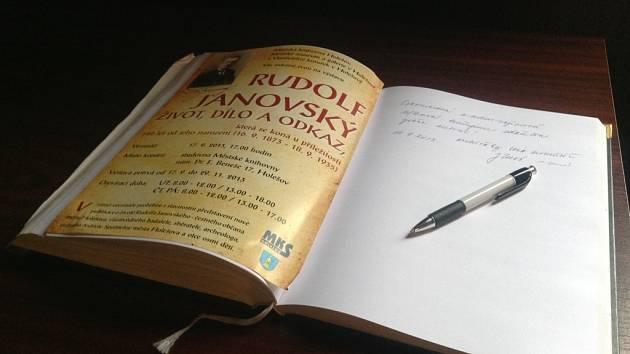 Výstava o životě a díle Rudolfa Janovského je k vidění ve studovně holešovské knihovny.