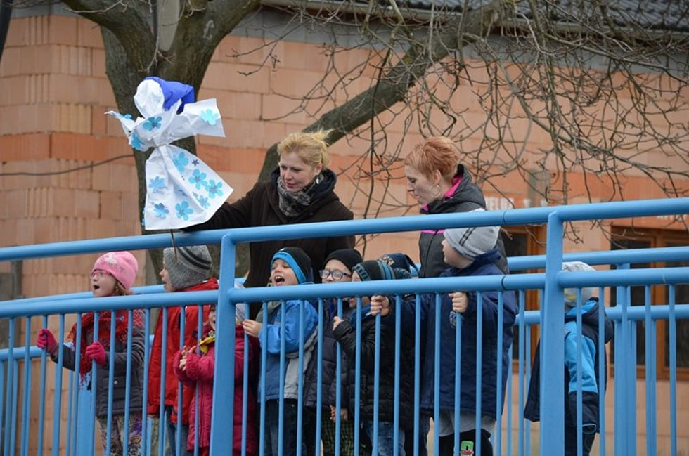 Také v Holešově vynášely děti z tamních mateřských a základních škol Morenu, aby se rozloučily se zimou a přivítaly jaro.