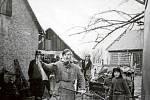 1978. Fotografie z roku 1978 zachycuje obyvatele Nové Dědiny při oblíbené tradici vodění medvěda. Průvod dodnes vychází z místní části Kopaniny, kde se nastrojí a pokračuje po celé obci, dům po domu, dál.