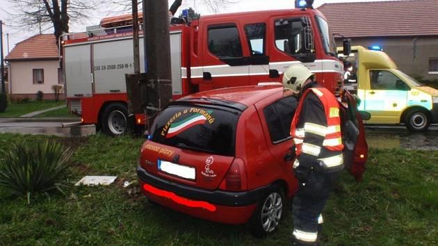 Auto nabouralo v Nové Dědině přímo před hasičskou zbrojnicí