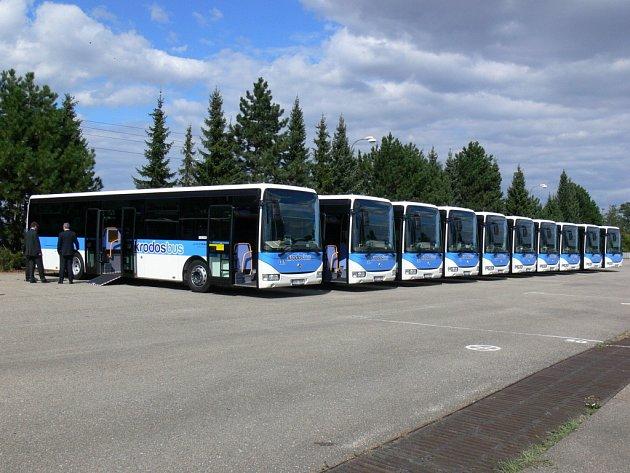 Společnost Krodos zakoupila deset nových nízkopodlažních autobusů. Od středy budou plně uvedeny do provozu. Nové autobusy jsou ekologicky šetrné k životnímu prostředí a součástí výbavy je také bezbariérová plošina pro nástup vozíčkářů.