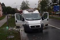 Požár dodávky značky Fiat Ducato zkoušel v sobotu 17. října v Kroměříži uhasit nejprve sám majitel vozu, pomoci mu však museli profesionální hasiči.