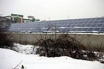Namísto střechy vyhořelé výrobní haly ve Zdounkách nechala firma nainstalovat sluneční elektrárnu. Objekt vyhořel v únoru letošního roku. Panely nainstalovali také na ostatní budovy.
