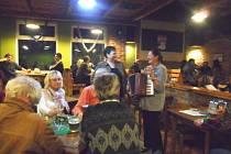 Čertovský večer s živou hudbou se v Restauraci Sport vydařil
